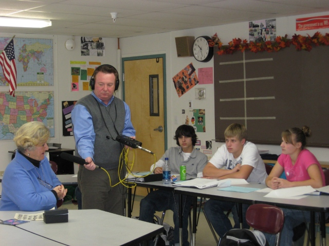 MPBN's Keith Shortall demonstrates interveiw techniques for tenth graders in Thomaston